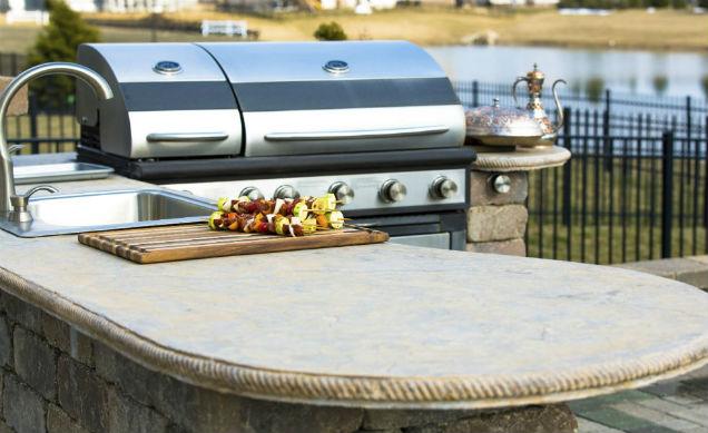 humble backyard kitchen and bar set